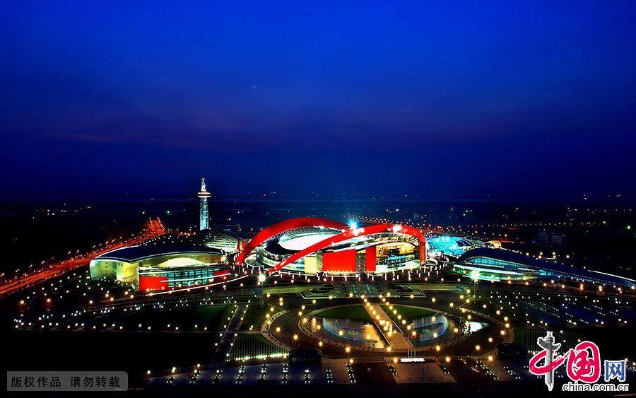 图为青奥会主场馆南京奥体中心夜景。