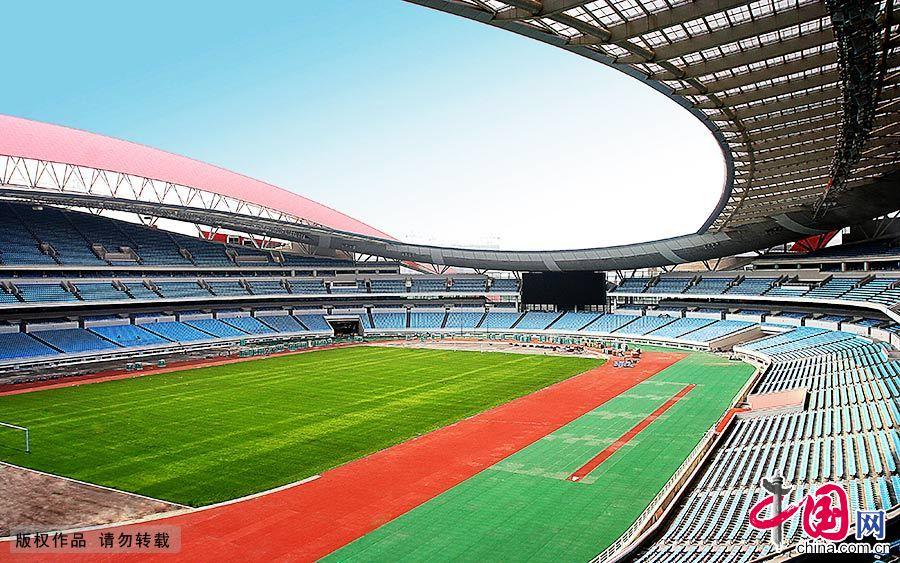 图为青奥会主场馆南京奥体中心会场。