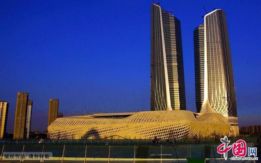 """夜幕下的青奥村标志性建筑青奥会议中心""""双子塔""""。"""