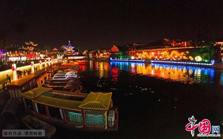 夫子庙位于南京秦淮河北岸的贡院街旁,被誉为秦淮名胜而成为古都南京的特色景观区。