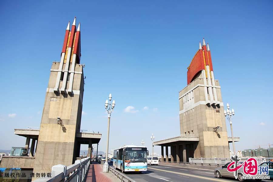 """长江大桥是南京的标志性建筑、江苏的文化符号,也是中国的著名景点之一,以""""天堑飞虹""""列为新金陵四十八景之一。"""