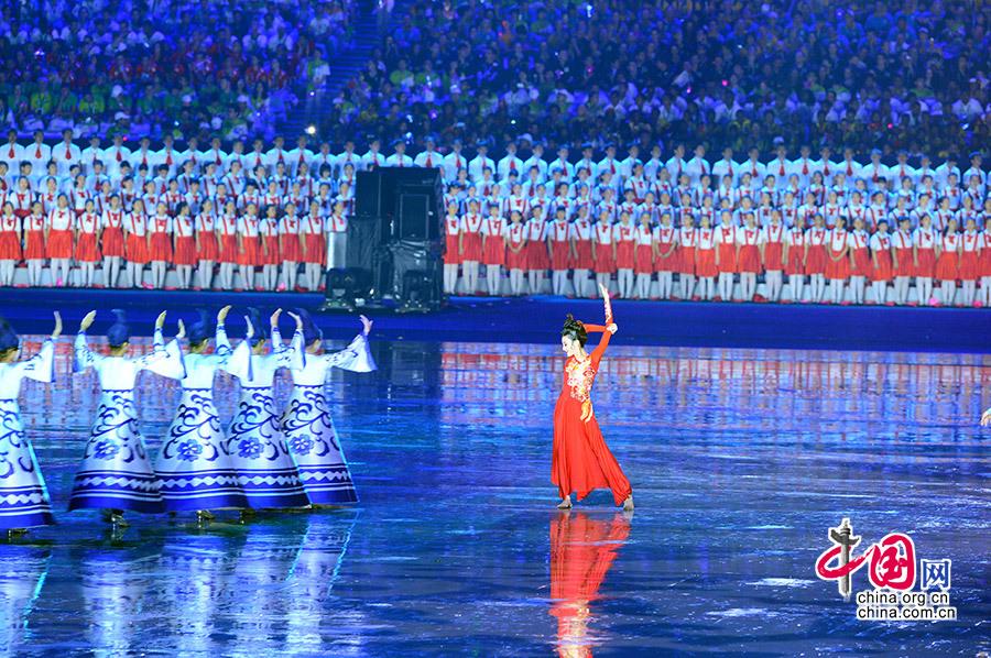 8月16日,第二届夏季青年奥林匹克运动会开幕式在南京奥林匹克中心举行。图为开幕式上的文艺表演。