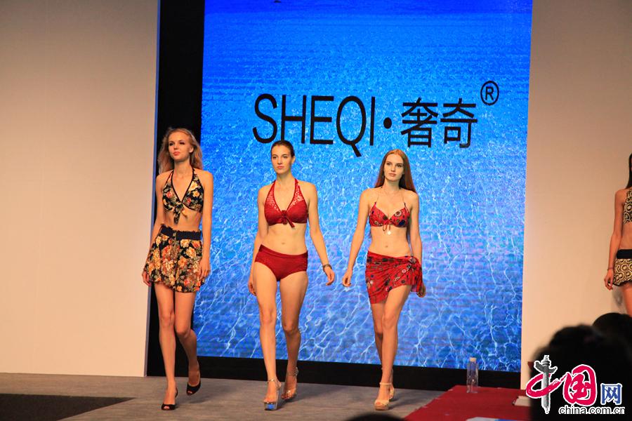 中國國際泳裝展上,模特們在展示品牌泳裝。