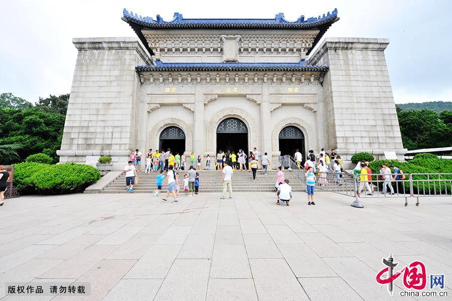 """中山陵位于南京市东郊钟山风景名胜区内,被誉为""""中国近代建筑史上第一陵""""。"""