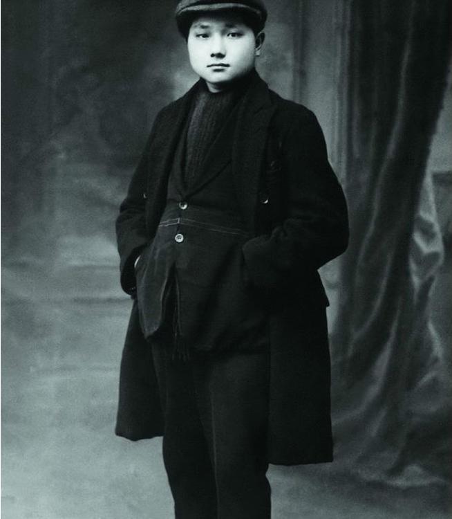 1925年5月23日,邓小平同志在法国勤工俭学期间,摄于法国里昂。