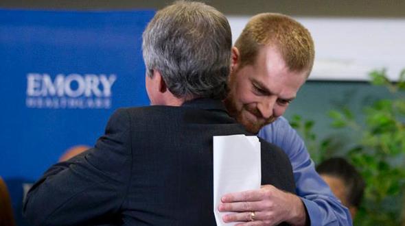 两名美国埃博拉患者康复出院