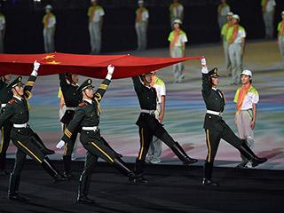 青奥会闭幕式:中国人民共和国国旗入场[组图]