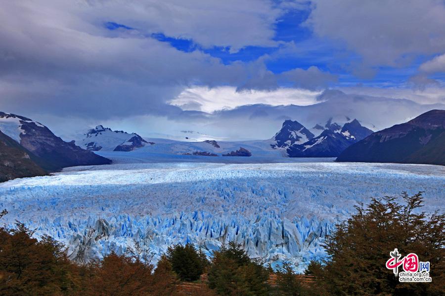从冰原蔓延过来的冰川顶部