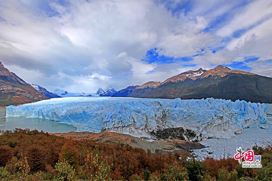 """半岛是冰川最先""""走""""到的地方,两边的湖水平面因堵塞而相隔达30米高"""