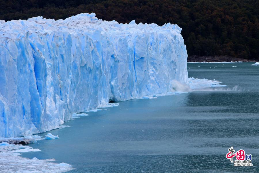 位于阿根廷湖主湖这边的冰川不断地崩塌于湖面