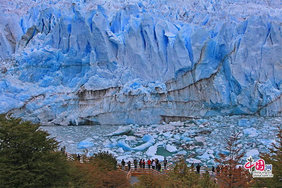 游人可行至冰川前方