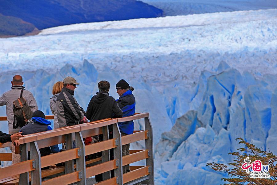 游客与大冰川的近距离接触