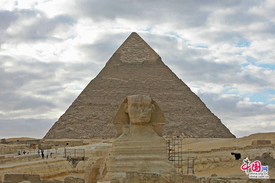 斯芬克斯与远处的海夫拉金字塔
