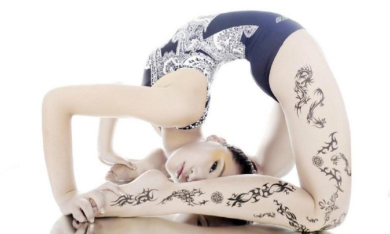 美女姿势扭曲到极致 柔术软功挑战极限