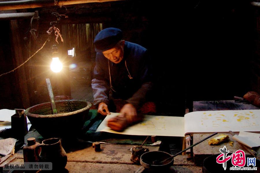 湖南隆回滩头镇的老人印制年画。