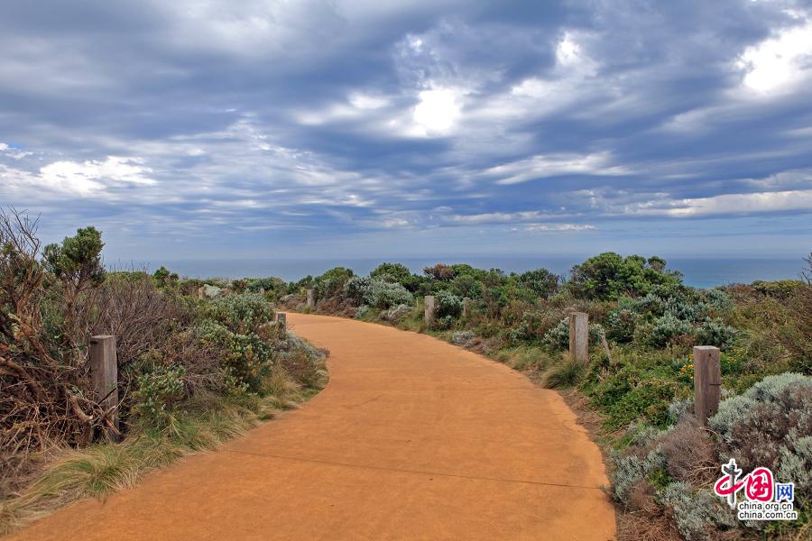 通往海边的红岩路