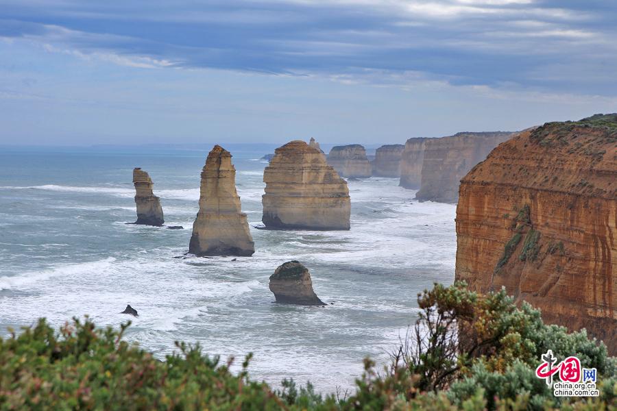 一座座独立的巨石孤悬于海天间,散发着苍劲的力量