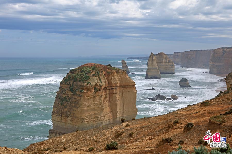 岩石原本与海岸边的悬崖绝壁浑然一体