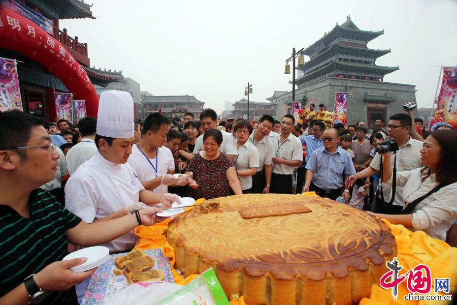 2014年9月8日,市民们正在踊跃分享巨型月饼