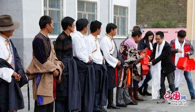 古尊表业为玉树藏族教师代表赠送教师节礼物