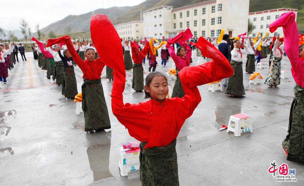 藏族小朋友用藏族舞蹈来欢迎媒体企业代表团