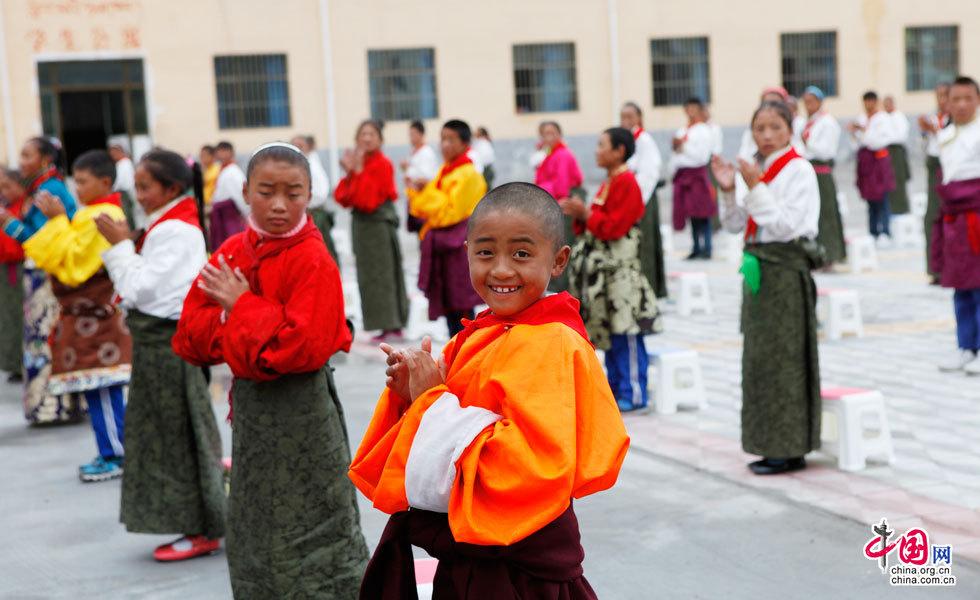 捐赠仪式上的玉树州称多县藏族小朋友
