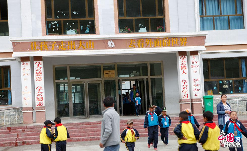 中国网媒体采访团参观称多县拉布乡中心寄宿学校