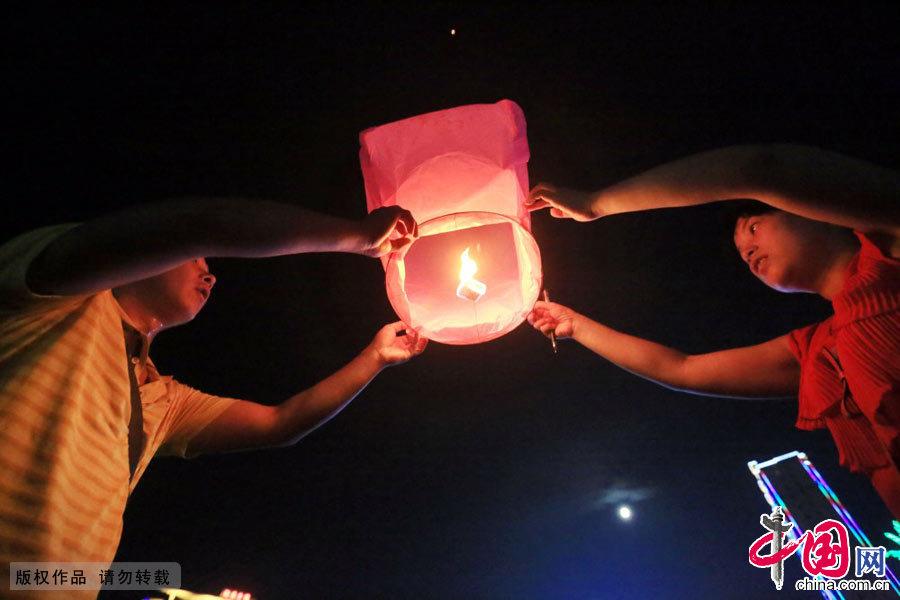 9月8日晚,广西柳州融安县市民在中秋月圆之际放飞许愿灯。中国网图片库 谭凯兴摄影