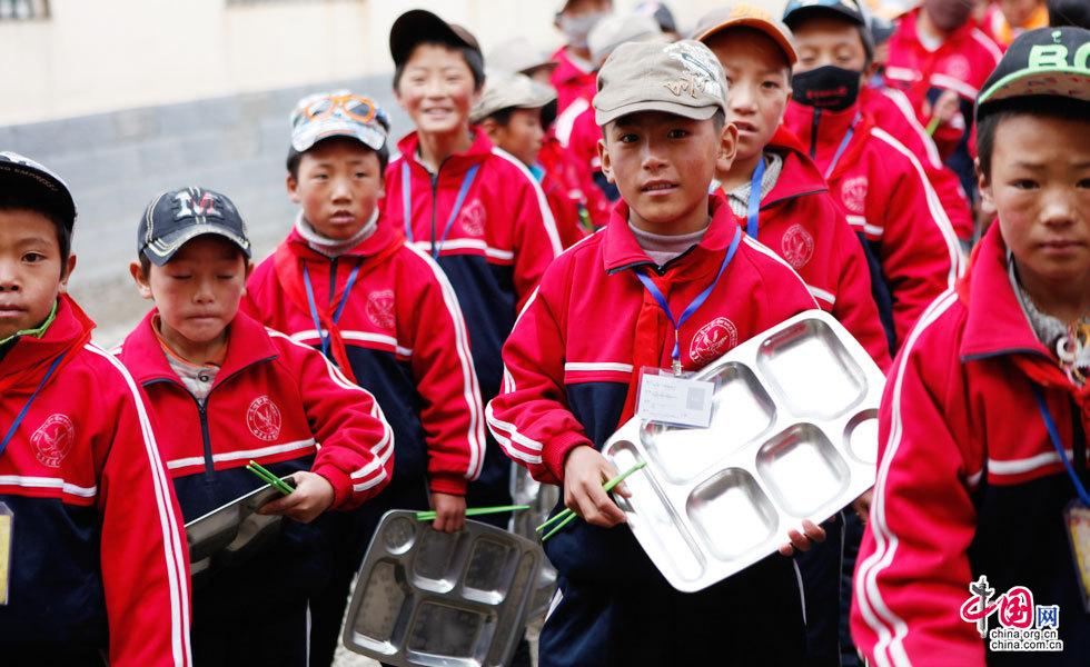 玉树海拔最高学校——清水河寄宿学校的孩子们正在打饭