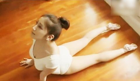 少女闺房中练芭蕾舞 抬腿压腿演绎曼妙舞姿