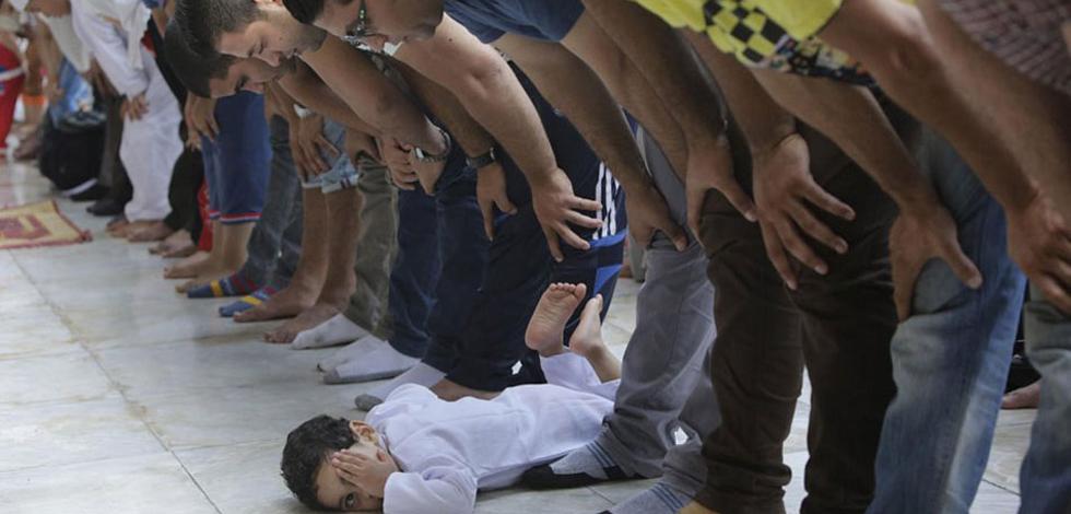 震撼!世界各地穆斯林做开斋节礼拜