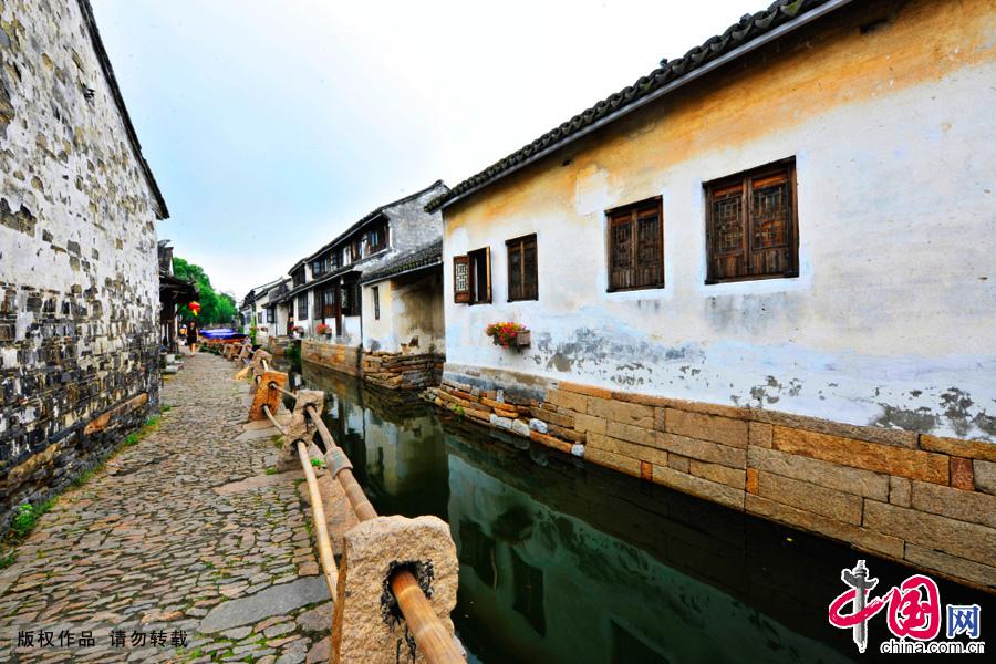 """""""中国第一水乡周庄""""水道与老建筑。中国网图片库 刘少敏/摄"""