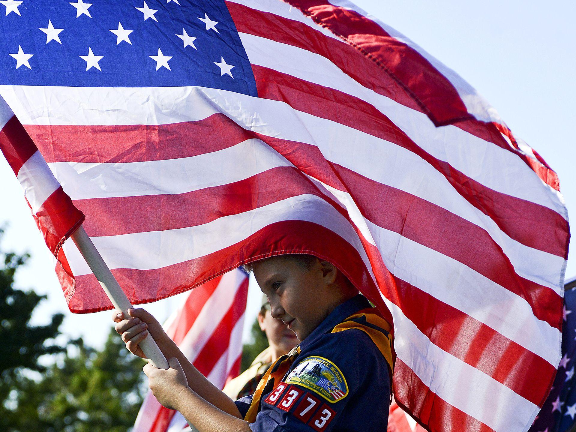 9月9日,一名儿童挥舞着美国国旗。此刻,正在进行911纪念展览。