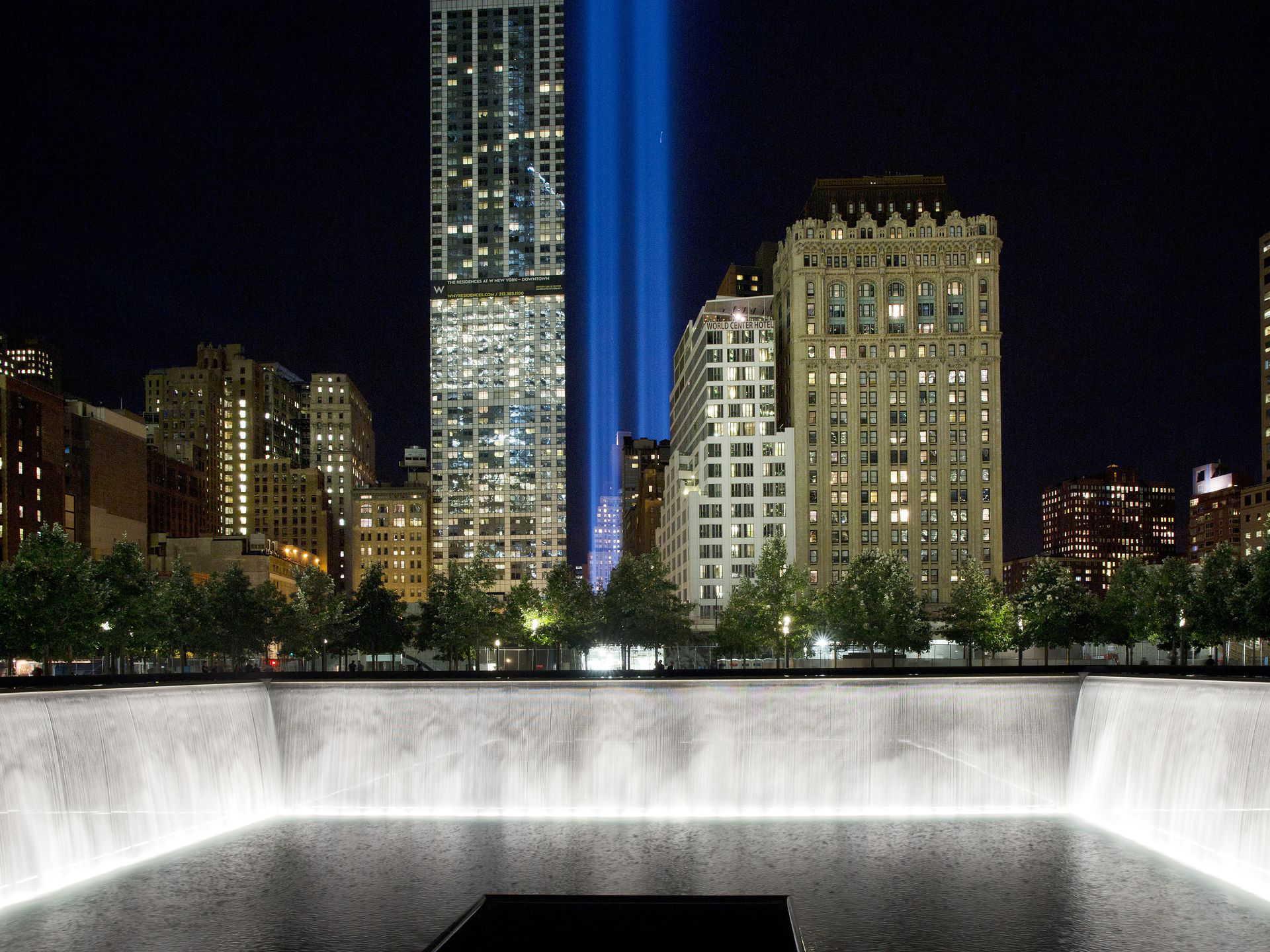 9月8日,两道光束在世贸大楼旧址直射天空。它们是由88盏探照灯的矩阵组成,以纪念在袭击中逝去的人们 。