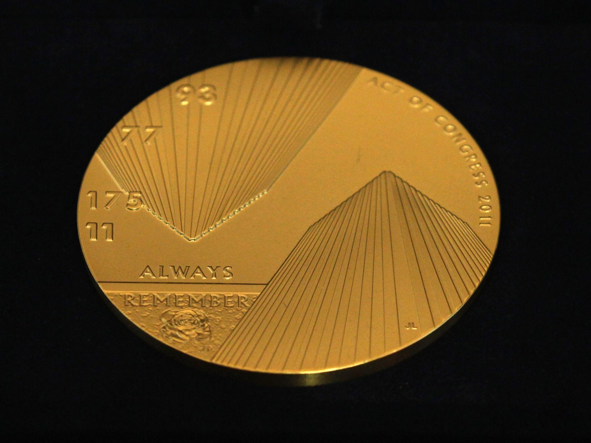 在国会大厦的解放大厅,美国为911的受害者颁发国会金质奖章。