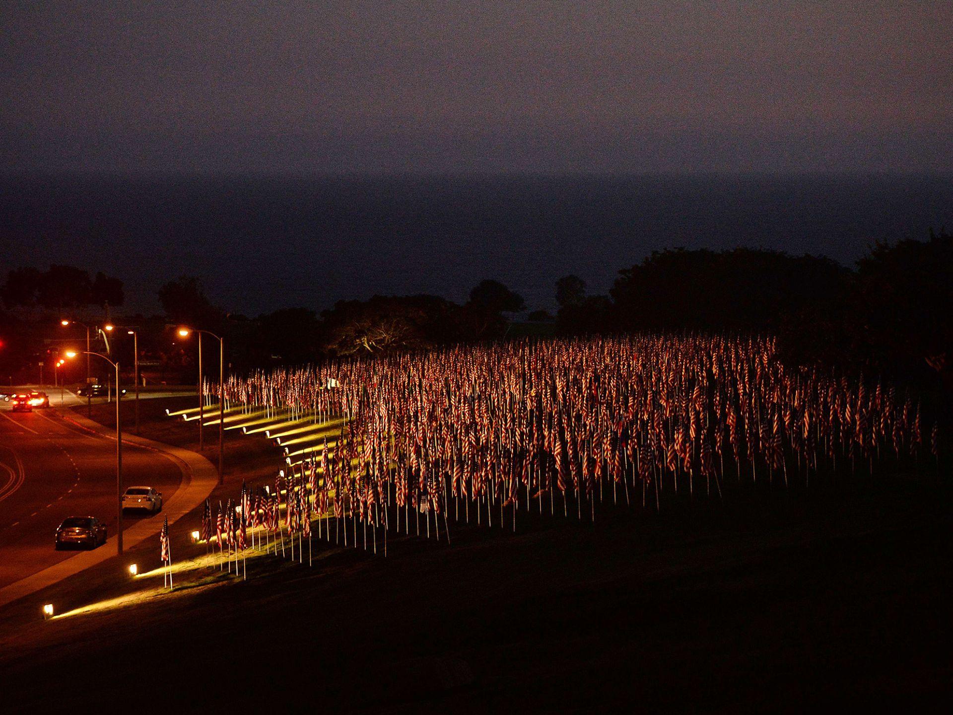 9月9日,3000面美国国旗竖立在加州小镇,纪念逝者。