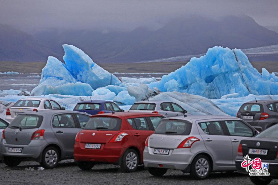 马路一直通到冰湖岸边