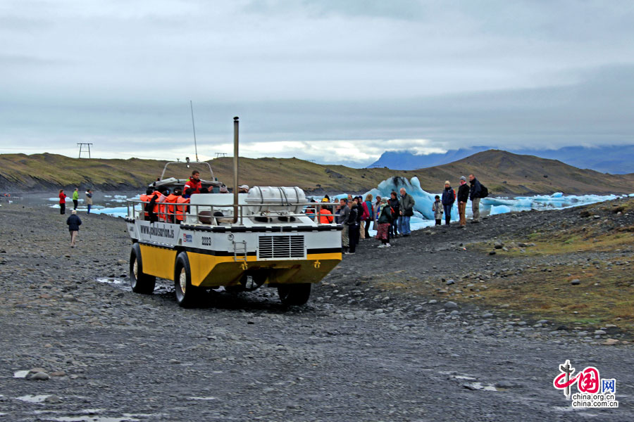 水陆两用船在陆上是吉普车
