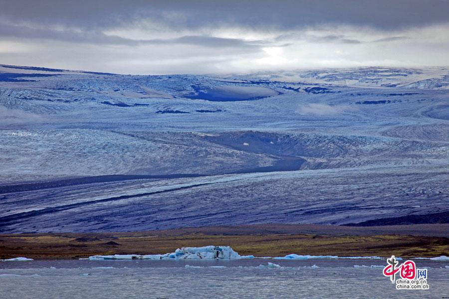 湖岸那头的瓦特纳冰原