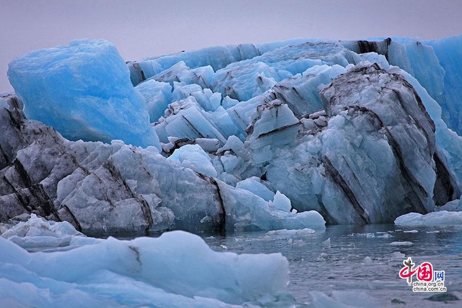 某次火山喷发留下的痕迹就留在了蓝冰里