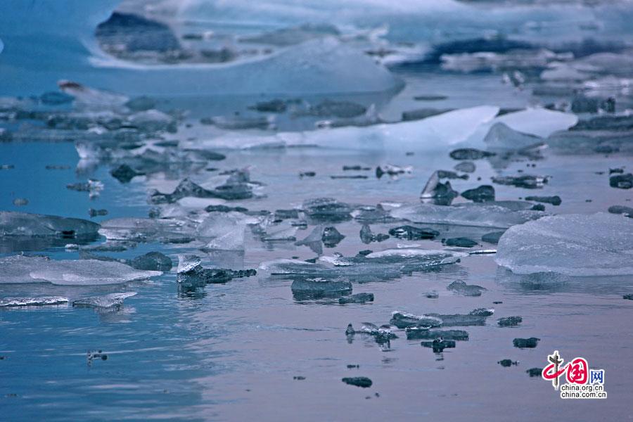 淡蓝色的冰更晶莹