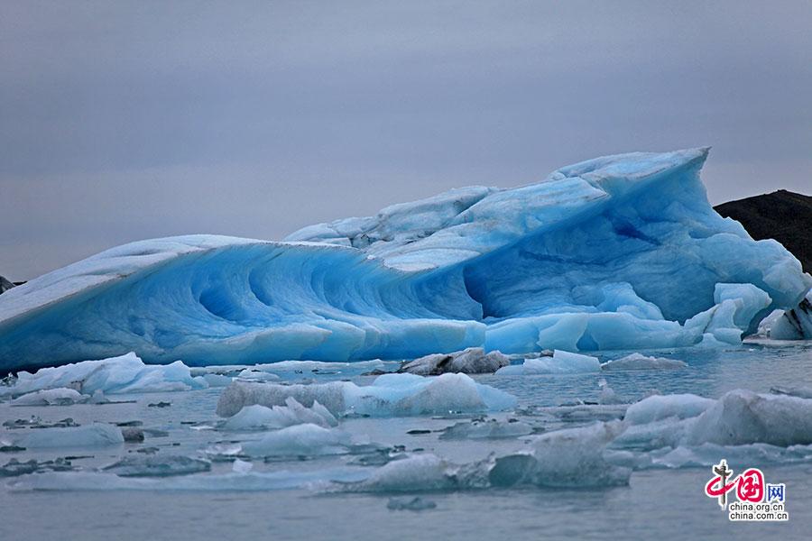 如排山倒海的冰蓝
