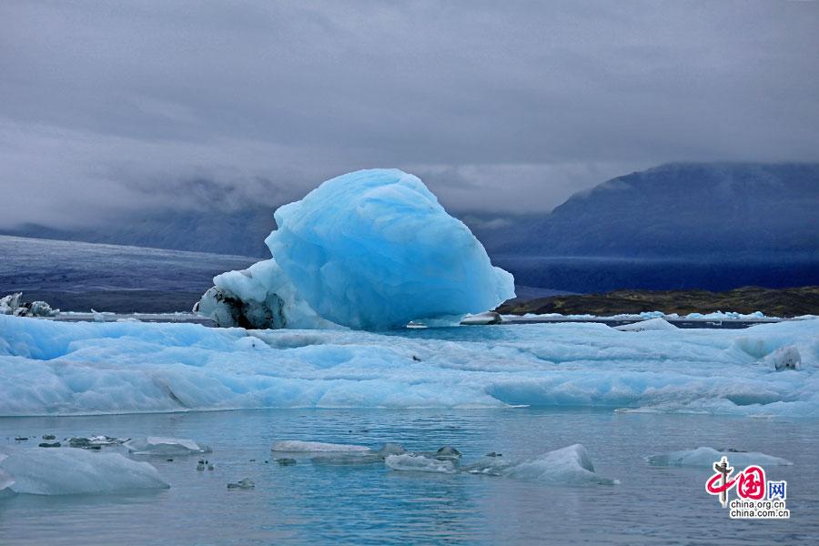 如飞来石般的蓝冰