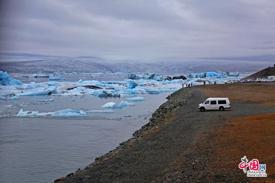 岸边观冰湖