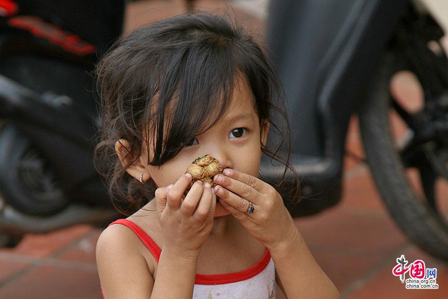 老市场前华夫饼摊前的小姑娘