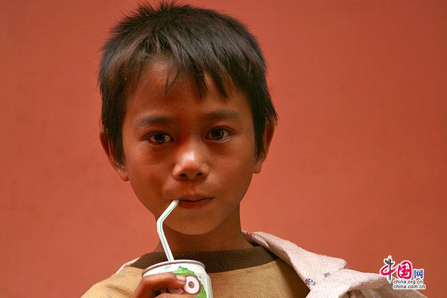 在暹粒街头捡废品的小男孩