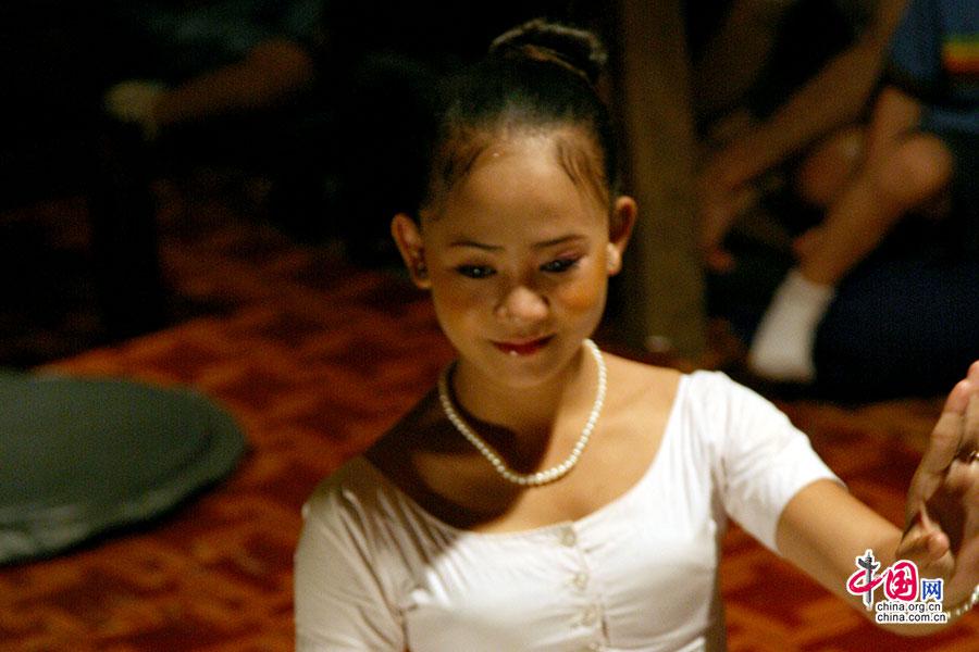 Dead fish餐厅里跳着高棉舞蹈的少女