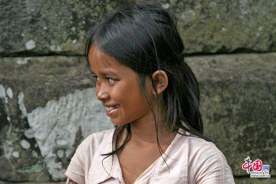巴戎寺门前上香的小女孩