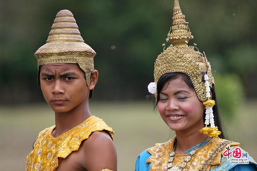 9 小吴哥里身着民族服饰摆起架势的女孩与男孩