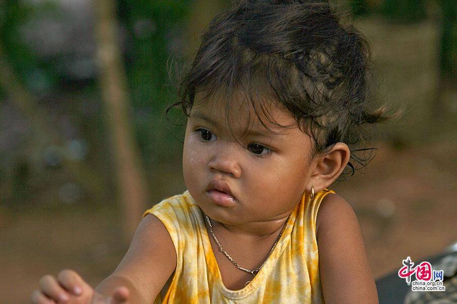 龙蟠水池的小路上一户高棉人家的幸福小姑娘